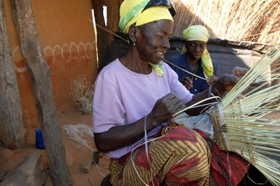 In a gateway community in Southern Limpopo, South Africa, a woman weaves baskets. Travellers making local connections like this are what the Shared Growth Challenge Fund hopes to highlight.