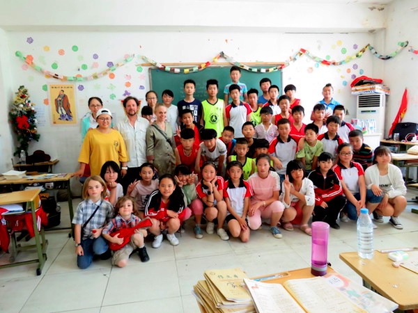 A group picture of the visitors and kids and teachers at the Chinese migrant workers school