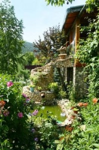 Casa din Luncais is a rural boarding house located on a farm in Trebujeni village, right on the Răut River