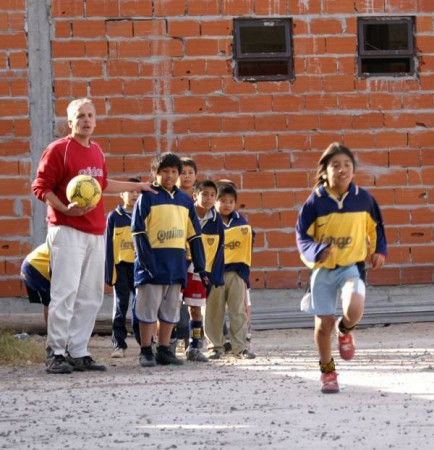 Communities in the slum area of Buenos Aires called Villa 31 come together though a football match coordinated by the charity Voluntarios Sin Fronteras